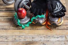 Dumbbells, dodatków ciężary i czarne rękawiczki, Obraz Stock