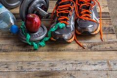 Dumbbells, dodatków ciężary i sportów buty, Fotografia Stock