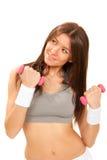 Dumbbells femminili di allenamento dell'istruttore di forma fisica in ginnastica Immagini Stock Libere da Diritti