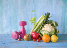 Dumbbells and healthy food Royalty Free Stock Photos