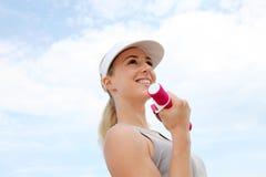 dumbbells target1031_1_ uśmiechniętej kobiety Zdjęcie Stock