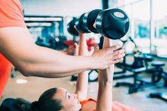 Dumbbells trenuje trening kobiety gym pojęcie fotografia royalty free
