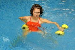 dumbbelsvattenkvinna royaltyfria bilder