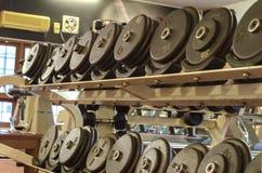 Dumbell στο ράφι τους Στοκ εικόνα με δικαίωμα ελεύθερης χρήσης