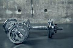 Dumbell metallico due per un allenamento Fotografia Stock