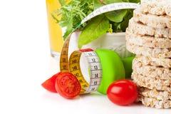Dumbells、卷尺和健康食物 健身和健康 免版税库存照片