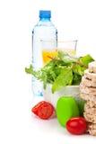 Dumbells、卷尺和健康食物 健身和健康 免版税库存图片