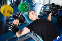 dumbells ασκώντας τη γυμναστική Στοκ φωτογραφία με δικαίωμα ελεύθερης χρήσης