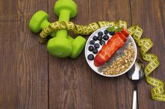 Dumbells, μέτρο ταινιών και υγιή τρόφιμα Ικανότητα Στοκ Εικόνες