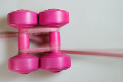 Dumbells дам розовые с измеряя лентой Стоковое фото RF