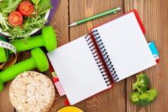 Dumbells, рулетка, здоровая еда и блокнот для космоса экземпляра Стоковые Фото