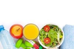 Dumbells, рулетка, здоровая еда и полотенца Фитнес и hea Стоковые Фотографии RF