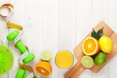 Цитрусовые фрукты, рулетка и dumbells Стоковое Изображение