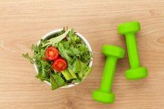 Dumbells ed alimento sano Forma fisica e salute Fotografie Stock Libere da Diritti