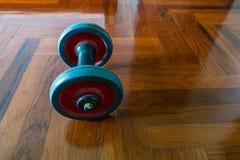 Dumbells em de madeira Imagem de Stock Royalty Free