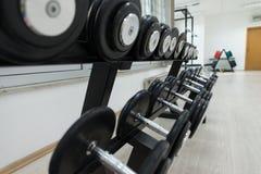 Dumbells en un gimnasio Foto de archivo libre de regalías