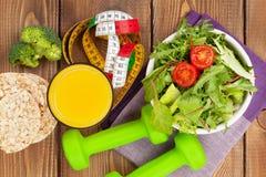 Dumbells, måttband och sund mat Kondition och vård- Arkivbilder