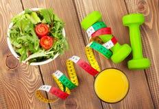 Dumbells, meetlint en gezond voedsel Geschiktheid en Gezondheid stock foto's
