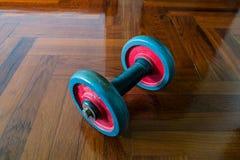 Dumbells na drewnianej podłoga Obraz Stock