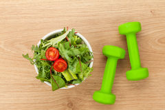 Dumbells och sund mat Kondition och vård- Royaltyfria Foton