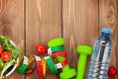Dumbells, ruban métrique et nourriture saine Forme physique et santé Photo stock