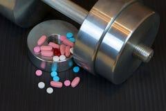 Dumbells, vitaminen, aminozuren, mineralen voor sporten stock foto's