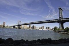 从DUMBO的曼哈顿桥梁 免版税库存照片