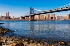 从Dumbo,布鲁克林,纽约,美国的曼哈顿桥梁 免版税库存图片