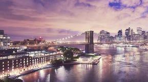 Dumbo и Бруклинский мост на ноче, NYC стоковое фото rf