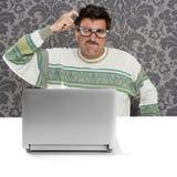 dumbom för nerd för man för uttrycksexponeringsglasbärbar dator eftertänksam arkivfoto