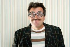 Dumme verrückte kurzsichtige Gläser des Sonderlings bemannen lustige Geste Stockbilder
