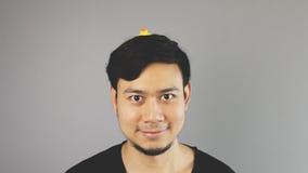 Dummer Kerl mit einem Spielzeug auf seinem Kopf lizenzfreie stockbilder