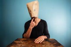 Dummer Mann mit einer Tasche über seinem Kopf Lizenzfreies Stockbild