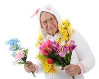 Dummes älteres Häschen mit Frühlings-Blumen Lizenzfreie Stockfotos