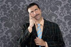 Dummes lustiges Retro- der nachdenklichen Geste des Sonderlinggeschäftsmannes Lizenzfreie Stockbilder