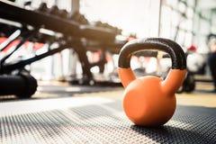 Dummköpfe und Barbells für Gewichtheben in der Turnhalle stockfotografie