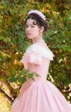 Dumna dziewczyna w wieczór sukni z bacznym spojrzeniem Zdjęcie Stock