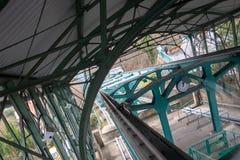 Dumni kroki, stropnicy i poparcia stara zawieszenie kolej w świacie celowo fotografujący przy kątem, zdjęcia stock