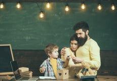 Dumni rodzice ogląda syna sukces Chłopiec na ruchliwie twarzy writing lub rysunku Mateczny poparcia pojęcie Rodziców oglądać ich Fotografia Royalty Free