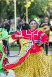 Dumny i szczęśliwy Meksykański żeński tancerz obrazy royalty free