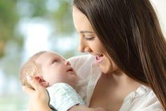 Dumny macierzysty mienie jej dziecko Zdjęcie Stock