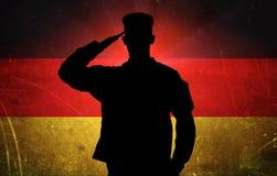 Dumny niemiecki żołnierz na niemiec flaga tle royalty ilustracja