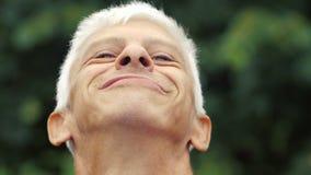 Dumny uśmiechnięty mężczyzna zbiory
