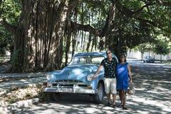 Dumny właściciel klasyczny samochód w Hawańskim, Kuba obrazy royalty free