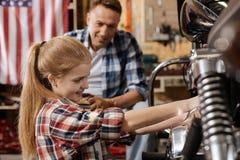 Dumny zdecydowany uroczy dziewczyny naprawiania mechanizm wszystko ona Obraz Stock