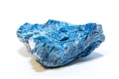 Dumortierite blu (minerale) su fondo bianco fotografie stock