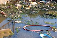 Dump auf dem Fluss Lizenzfreie Stockfotos