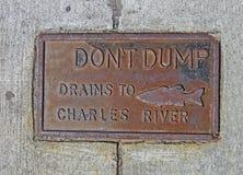 Dump geen afvoerkanalen aan chalesrivier, tekst op mangat Stock Fotografie
