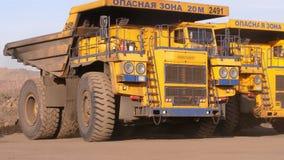 dump truck Caminhões pesados enormes de estacionamento Caminhão de mineração Um caminhão gigante é estacionado no reverso filme