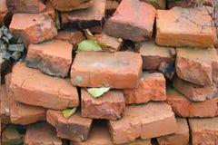 Dump von alten Ziegelsteinen Stockbild